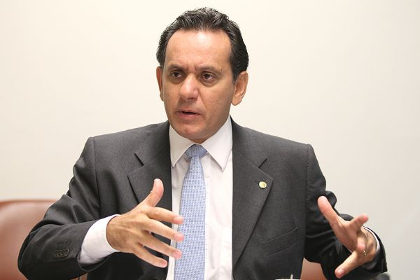 O deputado Nilson Leitão quer substituir o salário do trabalhador rural por moradia e comida.