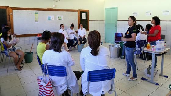 Produção de sabão ecológico é incentivada em escola. Imagem: Clodoaldo Ribeiro/ SECOM-Ilhéus.