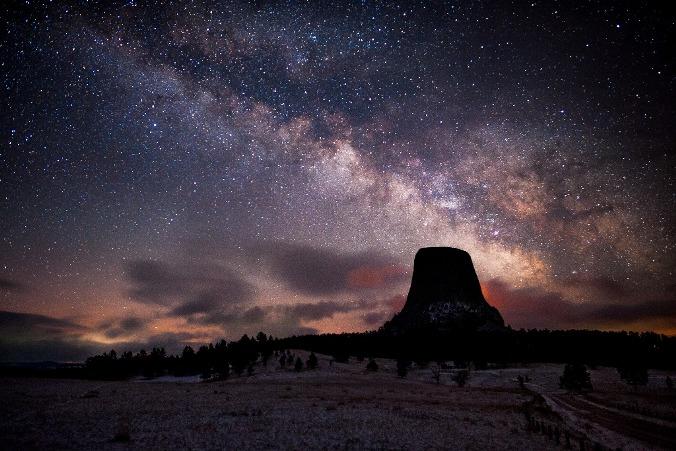 Curso foca aprendizagem de astrofotografia. Imagem: Devils Tower/Milky Way.