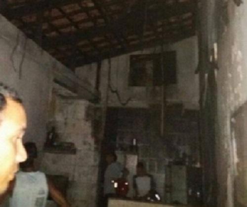 Casa pega fogo após curto-circuito em poste.