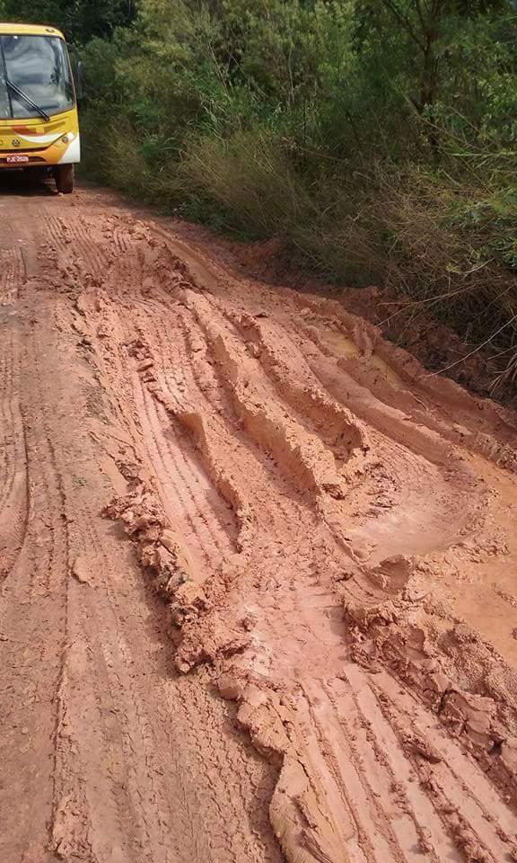 Leitora registra lamaçal na estrada do Rio do Engenho.
