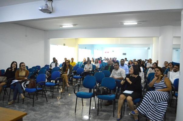 Imagem da atividade no auditório Cid Gesteira, na Faculdade Madre Thaís.