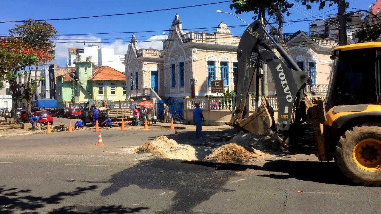 Prefeitura e Embasa trabalham para desobstruir rede pluvial. Imagem: Secom-Ilhéus.