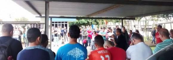 Trabalhadores reunidos em assembleia na manhã desta terça (1º). Imagem: Pimenta.