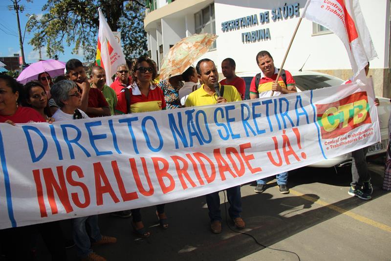 Servidores durante protesto em frente à Secretaria de Saúde de Itabuna.