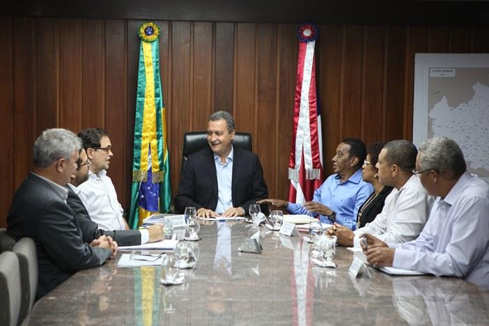 Governador Rui Costa durante reunião com dirigentes da APLB. Imagem: Carol Garcia/GOVBA.