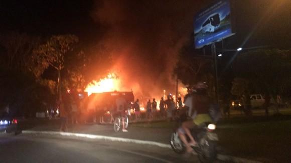 Imagem que circula nas redes sociais mostra altura das chamas.