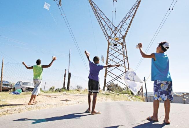 Além de interrupções do fornecimento de energia, linhas enroscadas podem conduzir eletricidade até os empinadores. Imagem ilustrativa.