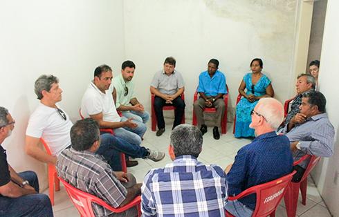 Lukas Paiva e Mário Alexandre em reunião com população de Inema. Marcelo Silveira.