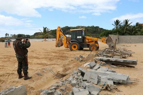 Prefeitura de ilhéus demole casas de invasão. Imagem: SECOM - Ilhéus.