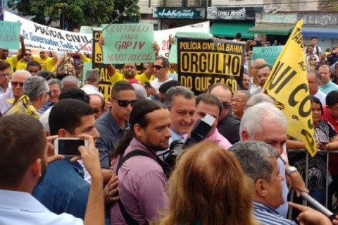 Policial Civil protesta em ato de Rui Costa. Imagem: Pimenta.