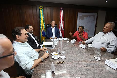 Governador assina projeto de lei que concede promoções a professores. Imagem: Mateus Pereira/GOV.