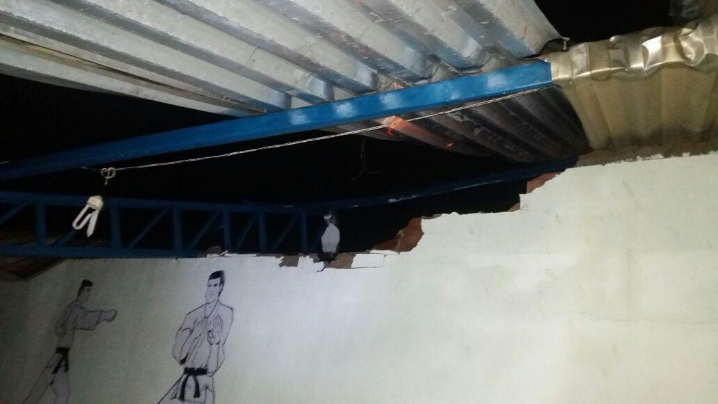 Estrutura do telhado não resistiu à força do vento e da chuva. Imagem: Defesa Civil de Ilhéus.