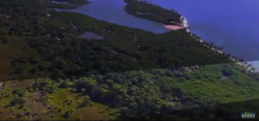 Terreno (área com iluminação em destaque) se estende por mais de 90 mil metros quadrados até a beira-mar.