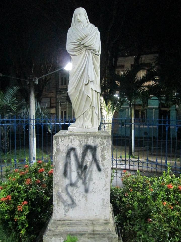 Pichação na estátua de Inverno (Foto: Larissa Paixão)