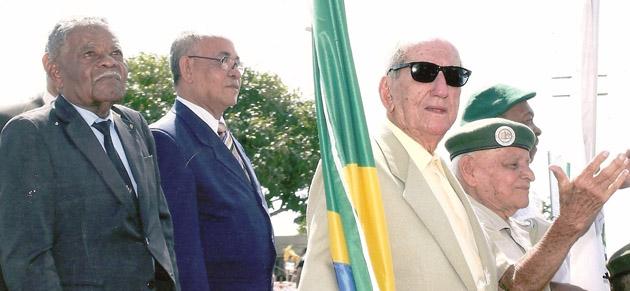 Na foto de Gidelzo Silva, os senhores (da esquerda para a direita): Genésio, Álvaro, Diniz e Zeca, no jipe dos Ex-Combatentes, em desfile de 7 de Setembro, ano 2011, na avenida Soares Lopes, em Ilhéus/ BA.
