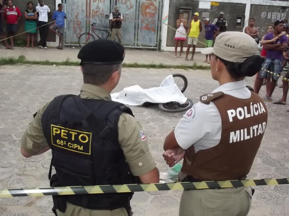 """Davi Sá,  14 anos, conhecido como """"Pato Roco"""", foi assassinadona tarde de ontem (domingo,21) na Rua Uruguaiana, bairro Malhado, em Ilhéus. Segundo informações da polícia, o menor tinha envolvimento com tráfico de drogas. A suspeita é que o assassinato tenha sido feito por membros gangues rivais. (Foto: Fábio Roberto/Vermelhinho)"""