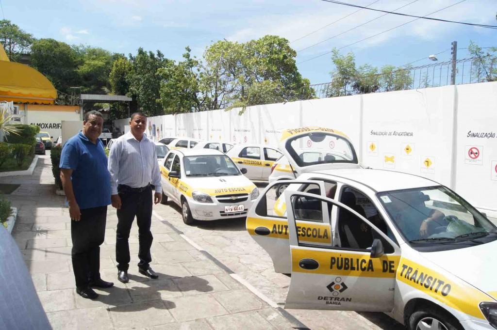 Agnaldo Garces mostra os carros da EPT a Magal.