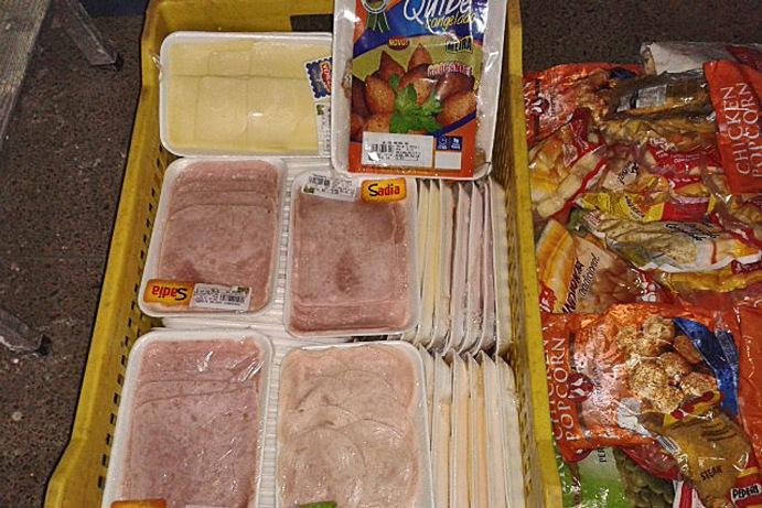 Alimentos apreendidos pela Vigilância Sanitária no Supermercado Meira.