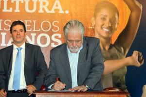 Assinatura de acordo do Fundo de Cultura. Foto -Manu Dias - GOVBA