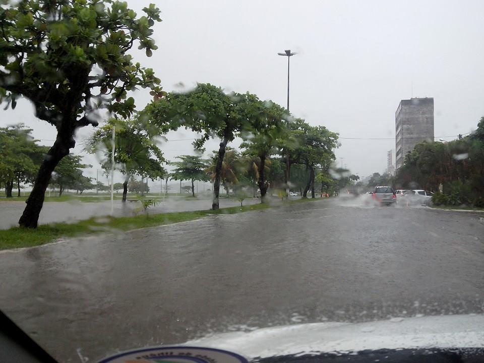 A Avenida Soares Lopes está alagada, assim como outros pontos de Ilhéus. Foto: Danilo Matos / Facebook.