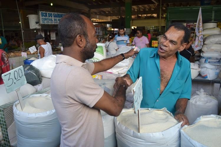 Bebeto também conversou com comerciantes da Central de Abastecimento.