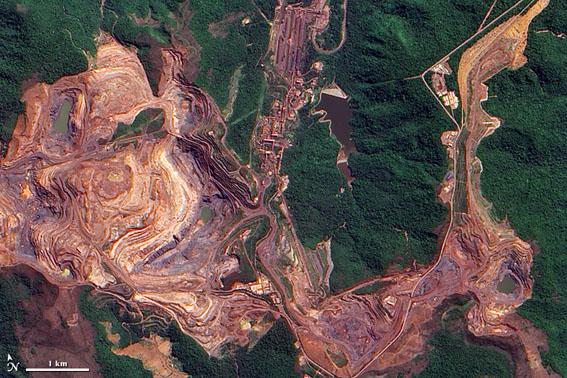 Imagem feita por satélite das marcas deixadas pela mina de ferro de Carajás, feita em 2009. Foto: Wikicommons