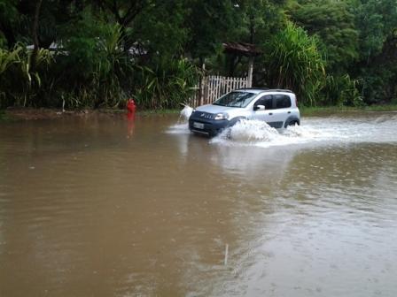 Na zona sul de Ilhéus, moradores da Ceplus também sofreram com a chuva que castiga a cidade. Fotos: Sônia Gaspar.