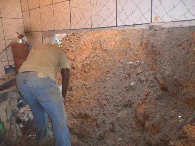 O barro quebrou a parede e invadiu a cozinha da casa.