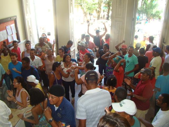 Trabalhadores entram no Palácio Paranaguá.