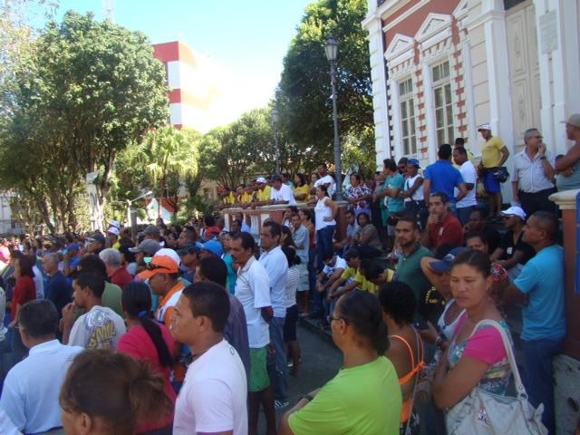 Servidores ilheenses decidem permanecer em greve.