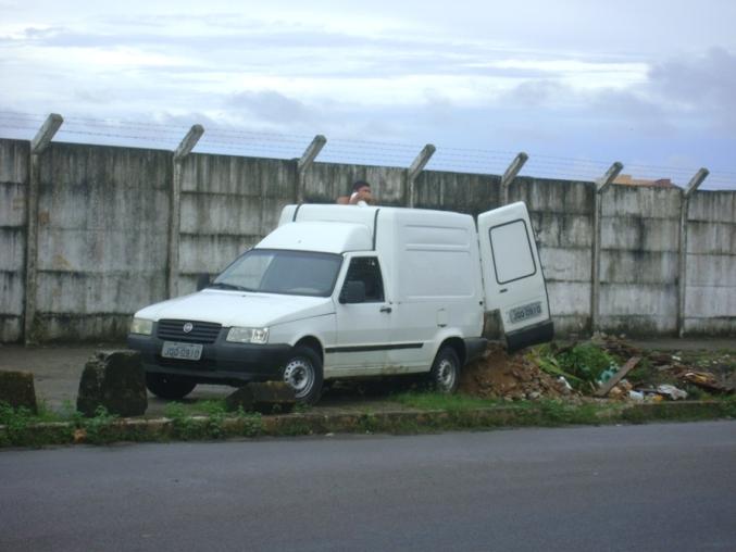 Carro usado para despejar entulhos no bairro São Francisco, na calçada próxima ao muro do Aeroporto Jorge Amado.
