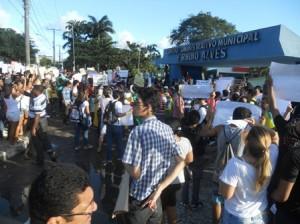 Manifestantes se concentram na frente da Prefeitura.