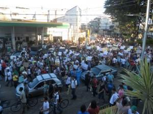 Protesto passa pelo Jardim do O e segue para Avenida Cinquentenário.