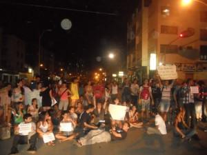 Manifestantes param o trânsito na Avenida Amélia Amado. Imagem: Gabriela Caldas/Blog do Gusmão