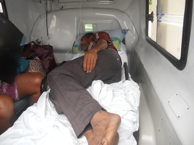 Paciente à espera de atendimento dentro da ambulância. Imagem: Gabriela Caldas/Blog do Gusmão