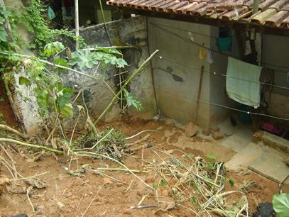 O barranco cedeu e a lama invadiu a casa. Foto: Sérgio Nascimento.