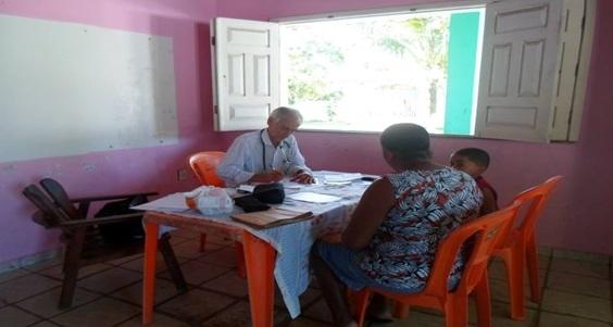 Dr João Lessa atende moradores da Vila Juerana. Foto: José Nascimento (Cipa).