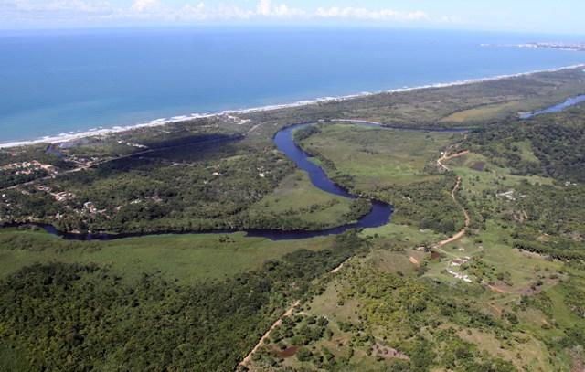 Estudos indicam que os prováveis impactos socioambientais do projeto o tornam inviável. (Imagem: litoral norte de Ilhéus/Políticos do Sul da Bahia).