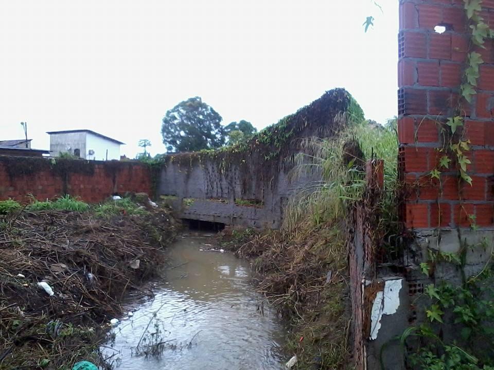 Moradores do condomínio Faelba (Zona Sul de Ilhéus) pedem que a defesa civil ajude os moradores que sofrem com a forte chuva que cai em Ilhéus desde quarta-feira. O acúmulo de água atingiu 30 cm e invadiu várias
