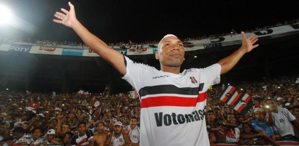 Flávio Caça Rato - autor do gol que classificou o Santa Cruz para a Série B. Fonte: UOL.