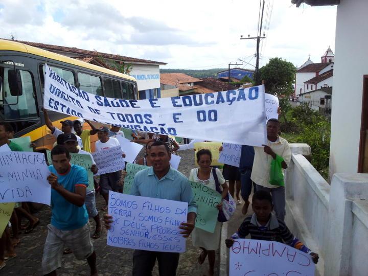 Manifestantes caminharam pelas ruas de Maraú. Foto: Maraú Notícias.