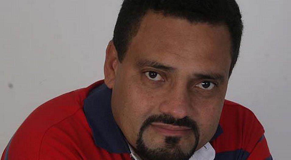 Quatro bandidos assassinaram o jornalista Gel Lopes, na porta da sua casa, em Teixeira de Freitas.