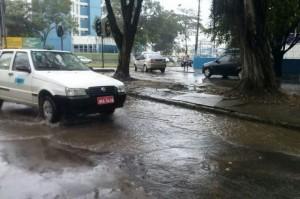 Trecho alagado na Avenida Ilhéus no começo da chuva Imagem: Gabriela Caldas/Blog do Gusmão