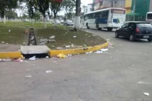 Lixo após festa na Avenida Aziz Maron. Imagem: Gabriela Caldas/Blog do Gusmão