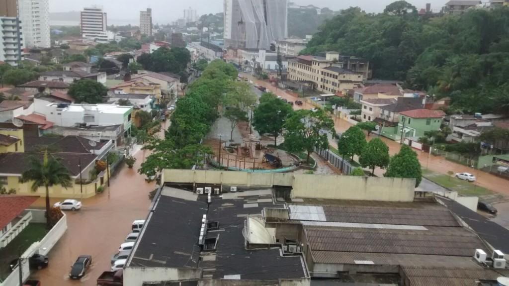 Cidade Nova: avenidas Bahia e Osvaldo Cruz alagadas.