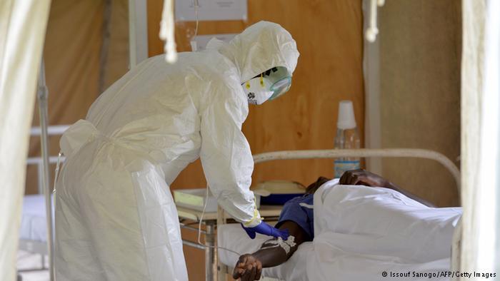 Médico cuida de paciente com ebola. Foto: Issouf Sanogo/AFP/Getty Images.