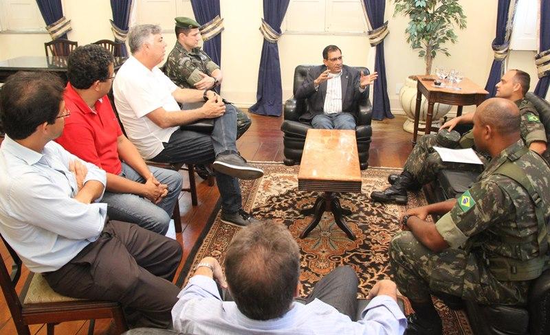 Reunião entre o governo municipal e militares do exercito. A tropa federal disse não ao trio Jabes, Alcides e Lessa.