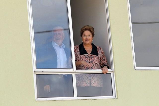 Dilma Roussef e Jaques Wagner em uma das moradias do programa Minha Casa, Minha Vida.
