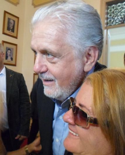 Governador posa ao lado de cidadã ilheense, na sede da prefeitura. Foto: Blog do Gusmão/Thiago Dias.